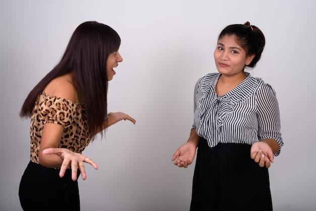Giovane donna che guarda confuso giovane ragazza adolescente