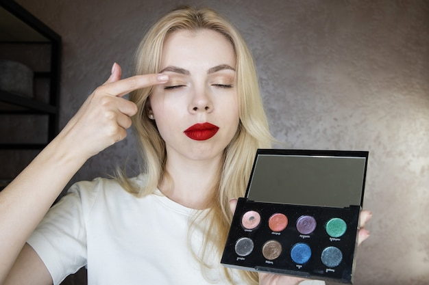 Una giovane truccatrice ti spiega come usare i cosmetici in un corso online