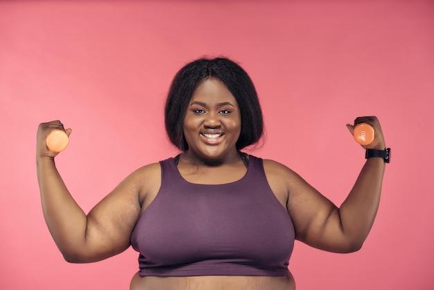 Giovane donna che fa pilates e allenamento funzionale in palestra. concetto di sport, fitness e perdita di peso
