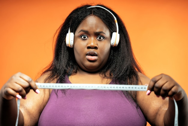 Giovane donna che fa pilates e allenamento funzionale in palestra
