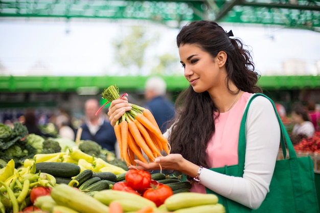 Giovane donna al mercato
