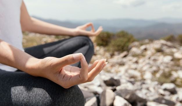 Giovane donna meditando all'aperto