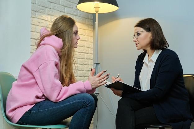 Giovane donna in riunione con psicologo femminile