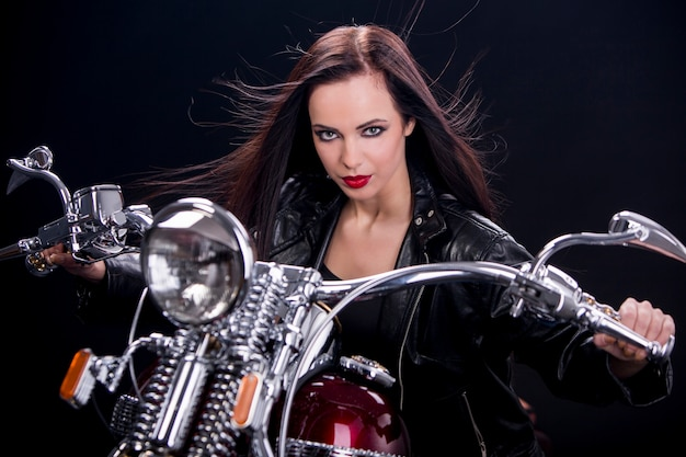 Giovane donna sulla moto