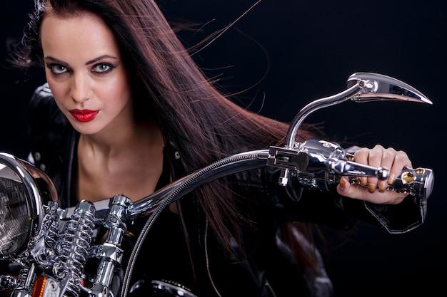 Giovane donna in moto