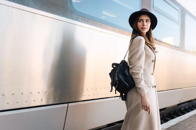 Giovane donna vicino al vagone del treno
