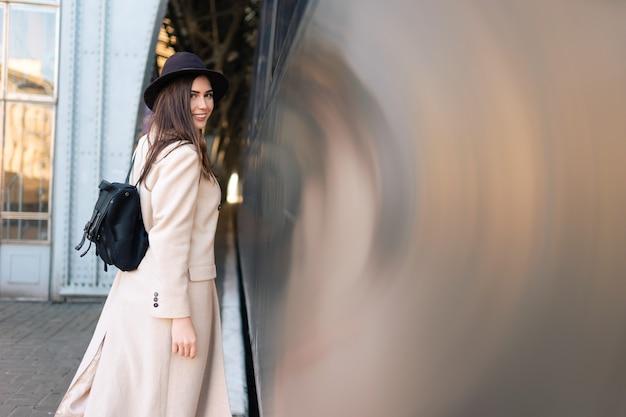 Giovane donna vicino al treno