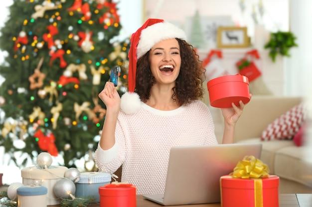 Giovane donna che ordina i regali di natale online