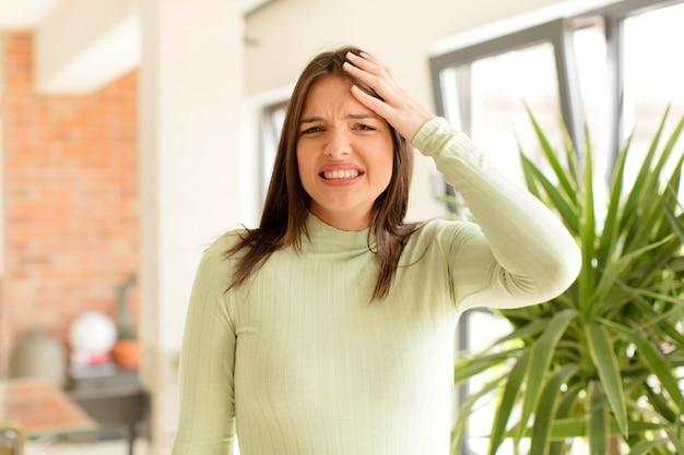 Giovane donna in preda al panico per una scadenza dimenticata che si sente stressata a dover coprire un pasticcio o un errore