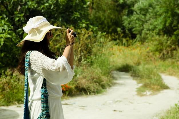 Fotografo della giovane donna che cattura foto