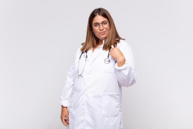 Medico della giovane donna che sembra arrogante, di successo, positivo e orgoglioso, indicando se stesso