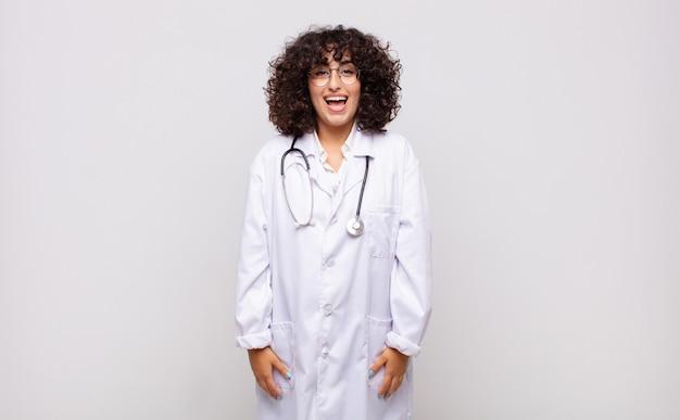 Medico della giovane donna che sembra felice e piacevolmente sorpreso, eccitato con un'espressione affascinata e scioccata