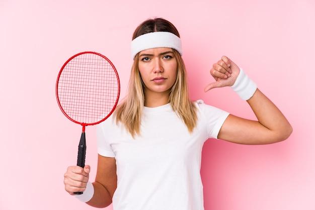 La giovane donna che gioca a badminton isolata si sente orgogliosa e sicura di sé, esempio da seguire.