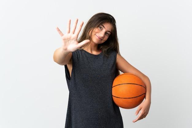 Giovane donna che gioca a basket isolato a contare cinque con le dita