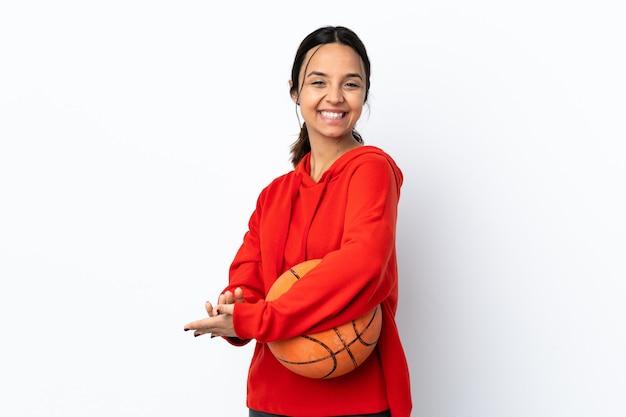Giovane donna che gioca a basket su bianco isolato che applaude
