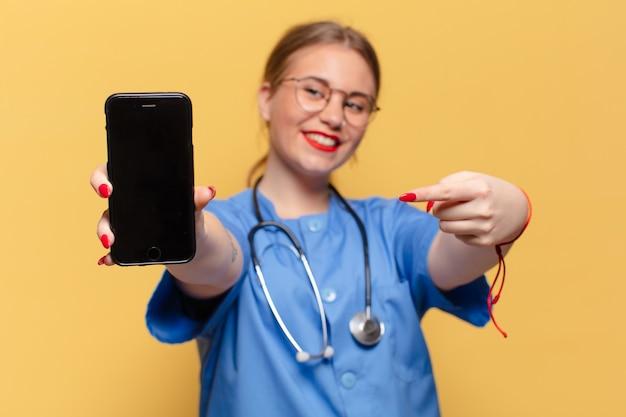 Giovane donna. gesto di puntamento infermiera concept
