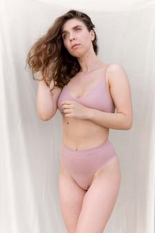 Giovane donna in posa con sicurezza in lingerie