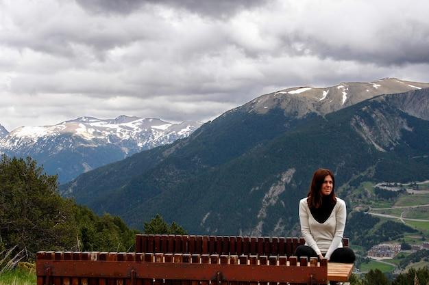 Una giovane donna in posa con le montagne alle spalle in andorra