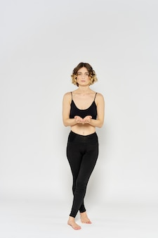 Giovane donna a praticare yoga asana isolato