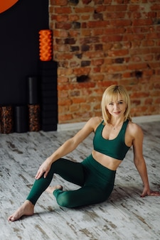 Giovane donna a praticare yoga e volare il concetto di yoga