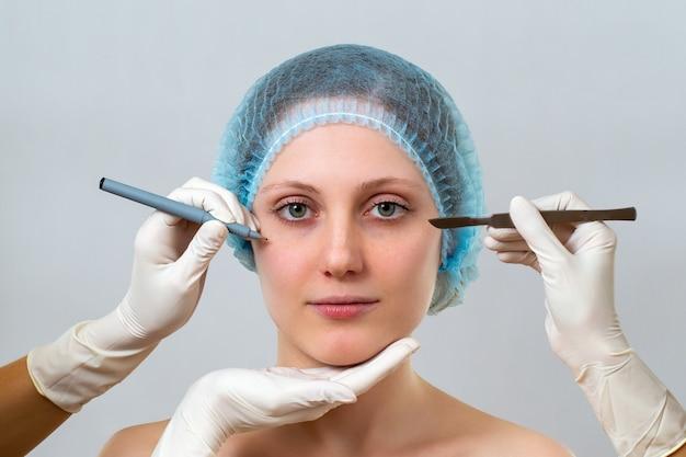 Giovane donna che si prepara per la chirurgia plastica in clinica estetica