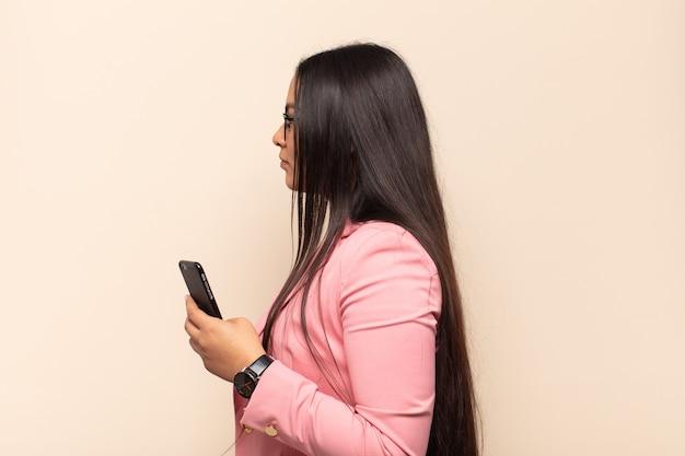Vista di profilo della giovane donna