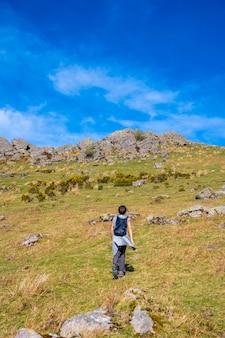 Una giovane donna che raggiunge la cima del monte adarra a guipuzcoa