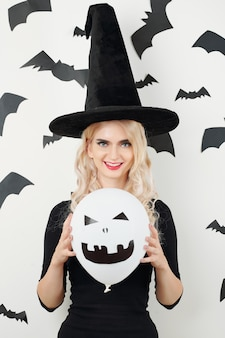 Giovane donna pronta per halloween