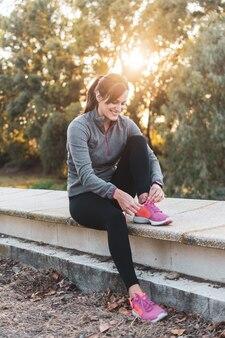 Scarpe da corsa correnti pronte della giovane donna