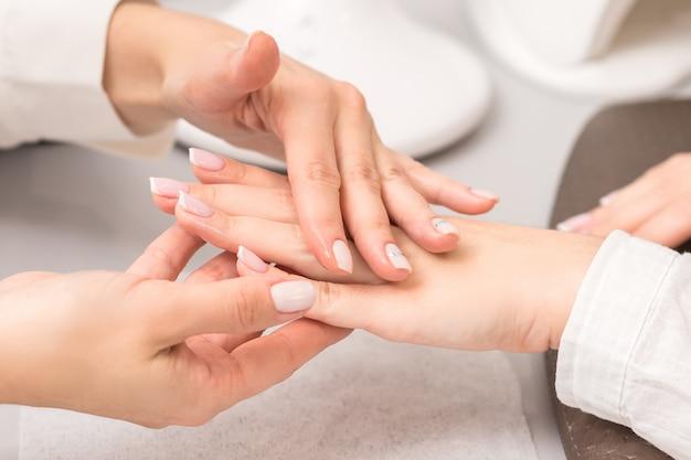 Giovane donna che riceve massaggio con olio