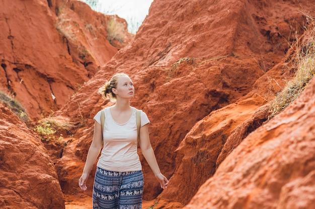 Giovane donna nel canyon rosso vicino a mui ne, vietnam meridionale.