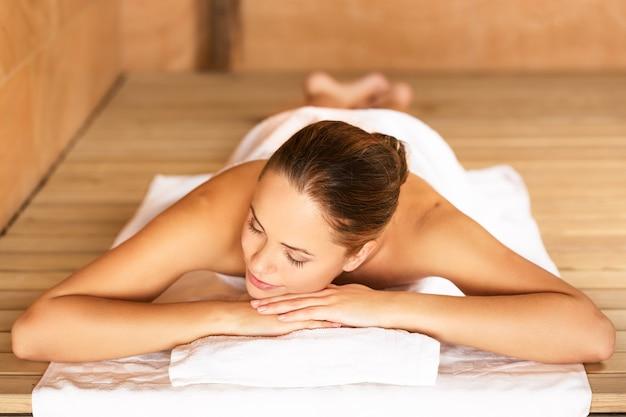Giovane donna che si rilassa nel concetto di spa.healthcare e bellezza.
