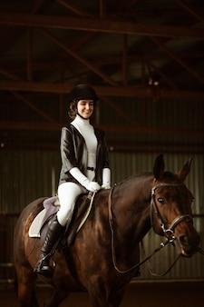 Cavaliere di giovane donna su cavallo da dressage un colpo astratto di cavallo durante la competizione fantino ragazza carina si...