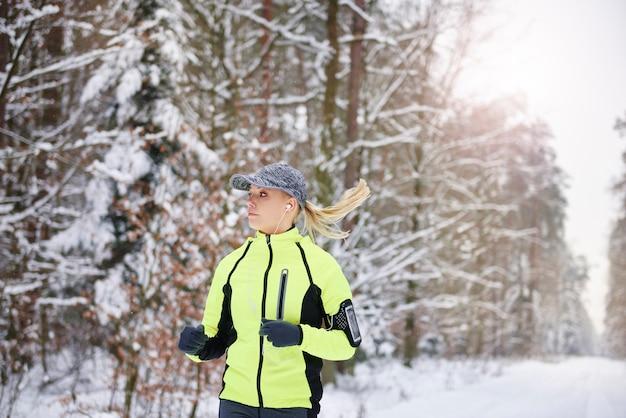 Giovane donna che corre all'aria aperta