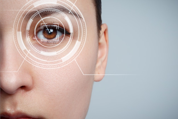 L'occhio della giovane donna è ravvicinato. il concetto di nuova tecnologia è il riconoscimento dell'iride.