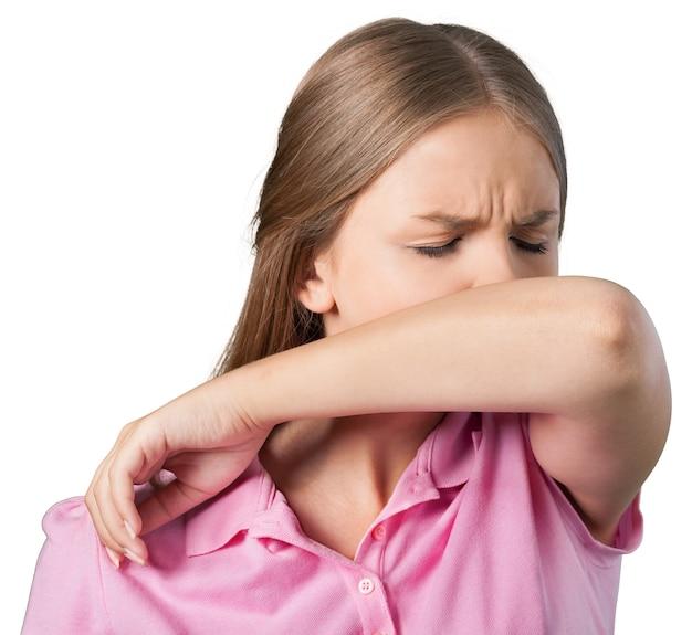 Giovane donna che si gratta il naso con il gomito sullo sfondo
