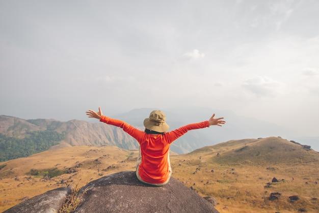 La giovane donna vede la vista sulla montagna superiore, punto di vista con cielo blu a mulayit taung, myanmar