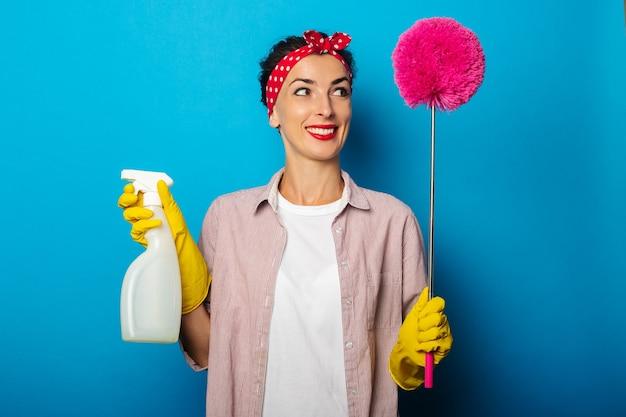 Giovane donna in camicia con guanti per la pulizia