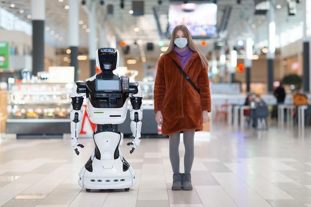 Consulente del cliente e del robot della giovane donna nel deposito