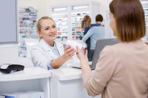 Giovane donna shopping in una farmacia