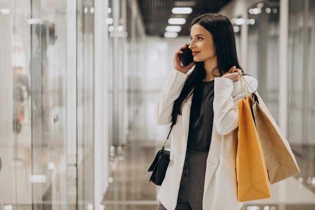 Giovane donna che fa shopping al centro commerciale