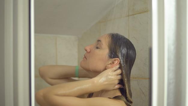 Giovane donna sotto la doccia