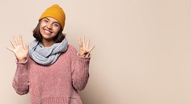 Giovane donna che sorride, sembra felice, fiduciosa e amichevole, offre una stretta di mano per concludere un affare, collaborando