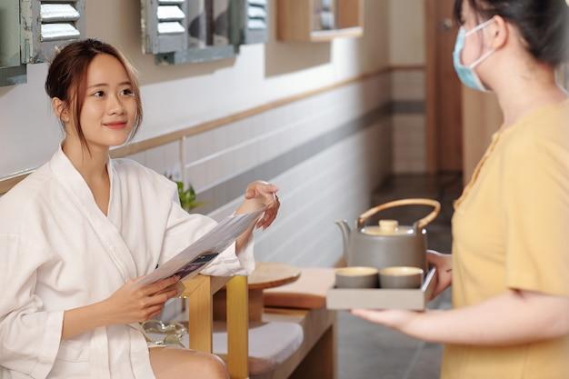Giovane donna nel salone della stazione termale