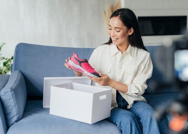 Giovane donna in streaming su scarpe sportive