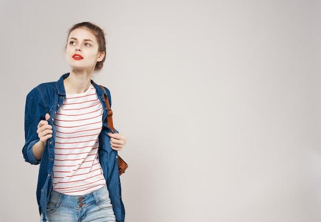 Giovane studentessa in vestiti alla moda che addestrano lo zaino. foto di alta qualità