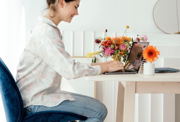Giovane donna che studia sul suo laptop