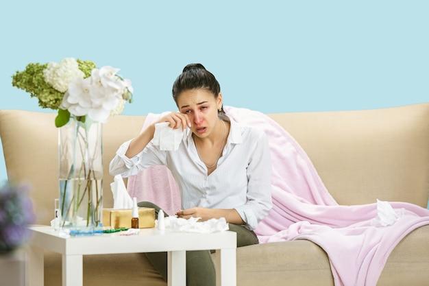 Giovane donna che soffre di polvere domestica o allergia stagionale