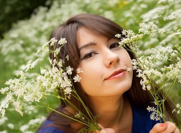 Giovane donna nel giardino estivo