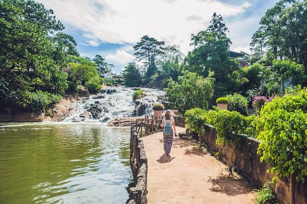 Giovane donna sulla superficie della bellissima cascata camly nella città di da lat,